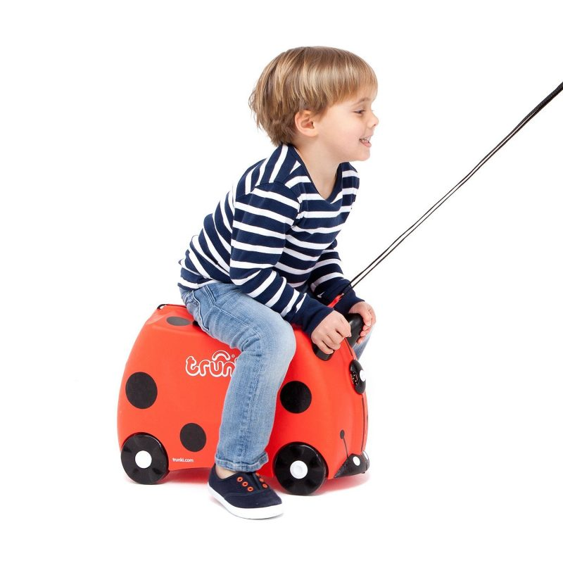 Un adulto puede tirar de su maleta correpasillos y pasear al niño